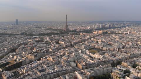 vidéos et rushes de vue aérienne de la tour eiffel - panoramique