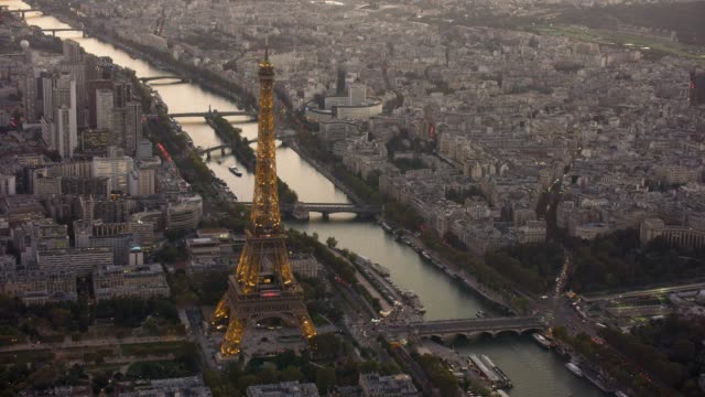 vidéos et rushes de aerial view of eiffel tower with lights on in paris france, sunset - vue subjective d'un avion