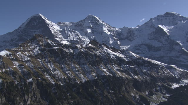 stockvideo's en b-roll-footage met aerial view of eiger, mönch and jungfrau mountains - sneeuwkap