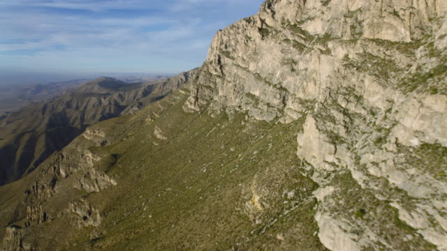 aerial view of el capitan and cliffs in the guadalupe mountains national park, texas, united states of america - エルキャピタン点の映像素材/bロール