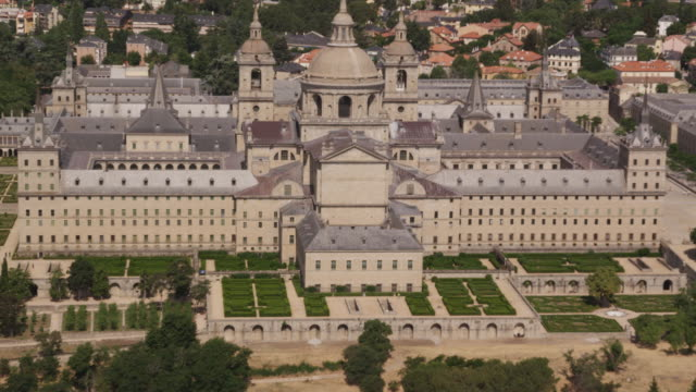 ws aerial view of el escorial palace near madrid, red r3d 4k - 宮殿点の映像素材/bロール