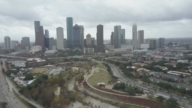 stockvideo's en b-roll-footage met aerial view of eleanor tinsley park and downtown houston, texas. - b roll