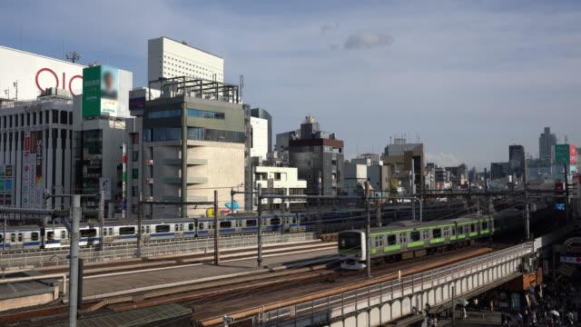 vídeos y material grabado en eventos de stock de vista aérea del tren ferroviario eléctrico que circula por la vía, ueno, tokio - estación edificio de transporte