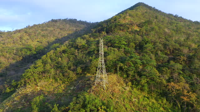 stockvideo's en b-roll-footage met luchtmening van elektriciteitsmasten en bos - stroomtransformator