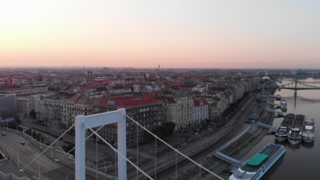 vidéos et rushes de vue aérienne de la rivière pont elisabeth et du danube à budapest - culture hongroise