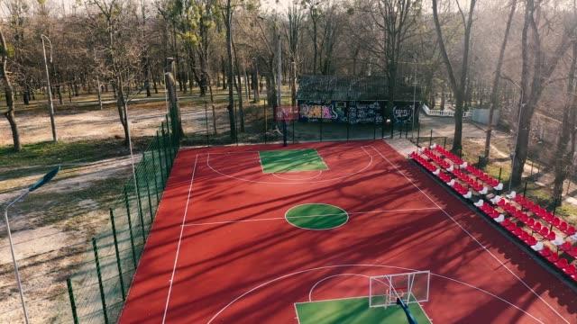 covid-19の間に空のバスケットボールの遊び場の空中写真 - 校庭点の映像素材/bロール