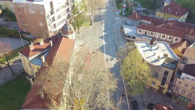 vídeos de stock e filmes b-roll de aerial view of empty city streets - sérvia