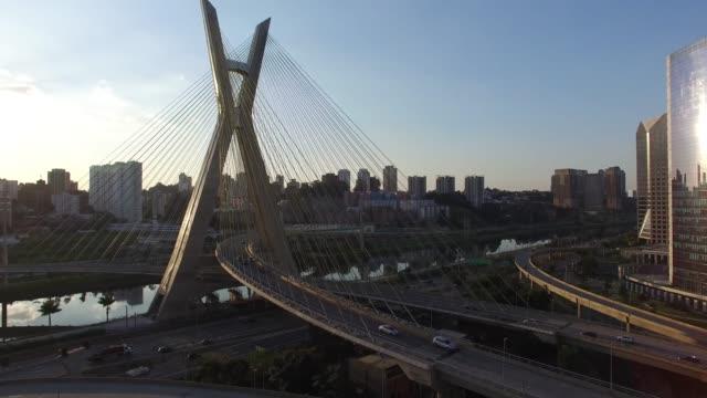 vídeos de stock, filmes e b-roll de vista aérea da ponte estaiada e arranha-céus na marginal pinheiros, são paulo, brasil - ponte