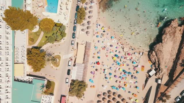 Luftaufnahme des exotischen Strandes auf Mallorca