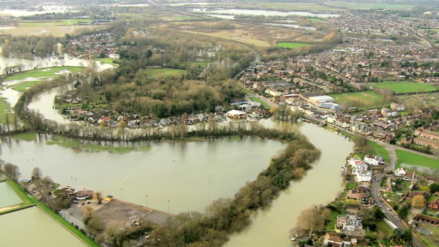 aerial view of extensive river flooding surrey uk - fluss themse stock-videos und b-roll-filmmaterial