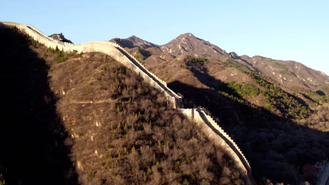 vidéos et rushes de aerial view of famous badaling great wall - grande muraille de chine