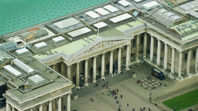 vídeos y material grabado en eventos de stock de aerial view of famous british museum in london - patio de edificio