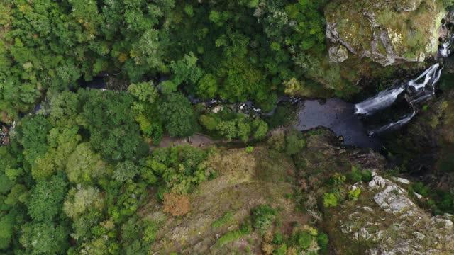 vídeos y material grabado en eventos de stock de aerial view of fervenza do toxa waterfall, pontevedra, galicia, spain - scenics
