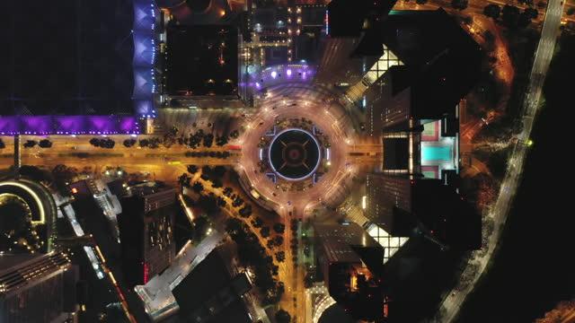 夜間のシンガポール市の金融中央ビジネス地区ビルの空中写真が照らされました - 分散点の映像素材/bロール