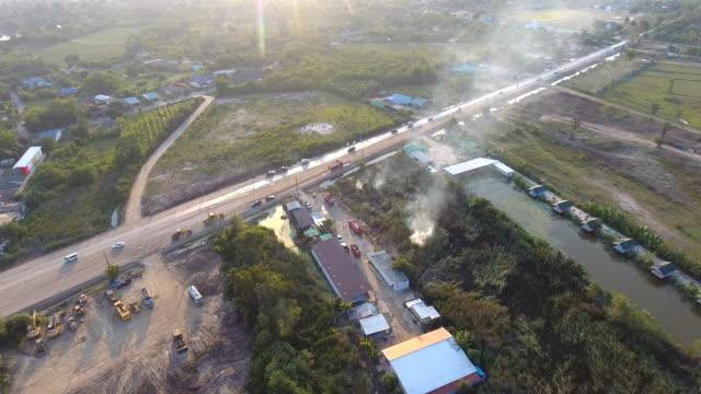 Luchtfoto van brandweerlieden met behulp van Water op het vuur