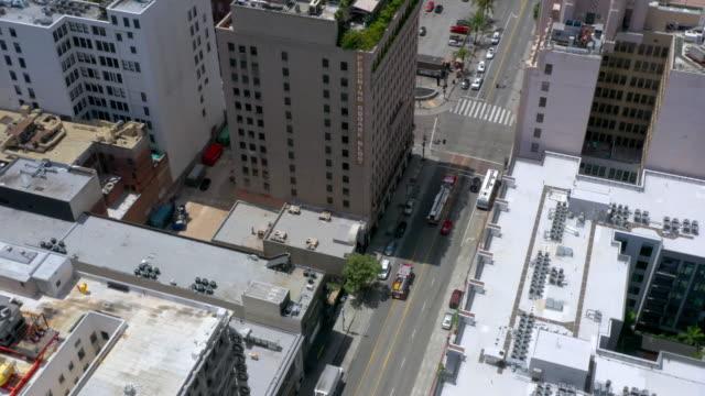 ダウンタウンを走行する消防車と救急車の空中写真 - 消防車点の映像素材/bロール