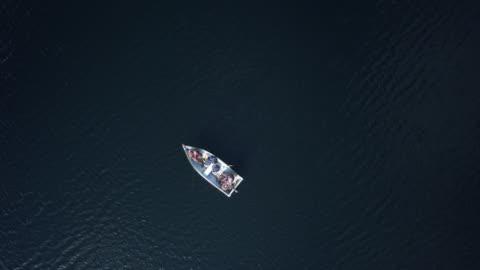 フィッシャーマンズ湖でボートから釣りの航空写真 - active lifestyle点の映像素材/bロール