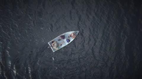 vídeos de stock, filmes e b-roll de vista aérea de pesca dos pescadores de um barco - pescaria