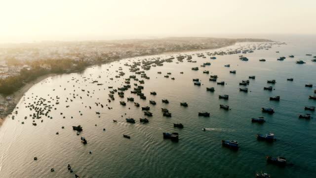 luftaufnahme der fischerboote in der bucht - vietnam stock-videos und b-roll-filmmaterial