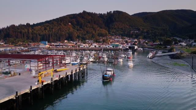 aerial view of fishing boats leaving harbor at dawn in garibaldi, oregon - オレゴン州点の映像素材/bロール