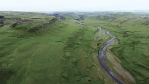 vídeos de stock e filmes b-roll de aerial view of fjadrargljufur canyon - islândia