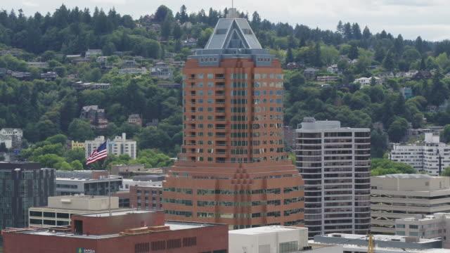 vidéos et rushes de vue aérienne du drapeau flottant sur les toits de la ville - portland oregon