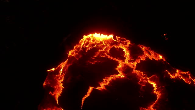 vidéos et rushes de aerial view of flame and lava from erta ale volcanic (active basaltic shield volcano) - volcan
