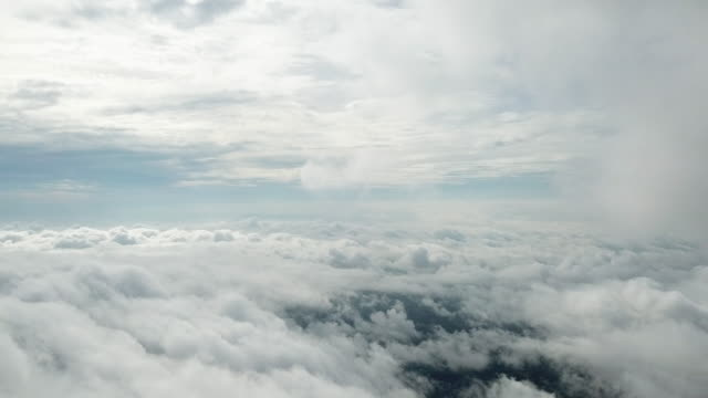 luftaufnahme des fliegens auf der wolke - bedecken stock-videos und b-roll-filmmaterial