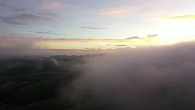 vídeos de stock, filmes e b-roll de vista aérea da névoa na cidade do bananal, beira de são paulo e de rio de janeiro, brasil - nevoeiro