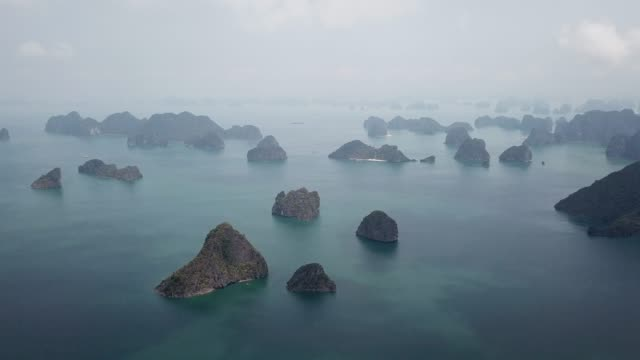 vídeos de stock e filmes b-roll de aerial view of foggy ha long bay in vietnam - nevoeiro