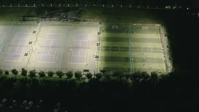 vídeos y material grabado en eventos de stock de vista aérea del campo de fútbol por la noche - hierba familia de la hierba