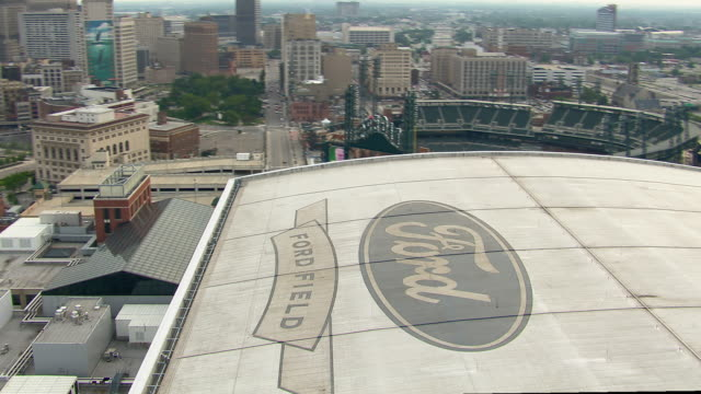 vidéos et rushes de detroit, michigan - july 7, 2011: aerial view of ford field, an indoor football stadium, in detroit, michigan. - détroit michigan