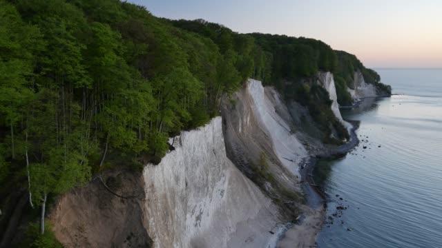 vídeos y material grabado en eventos de stock de vista aérea del bosque sobre el acantilado en el lago al amanecer - baden wurttemberg