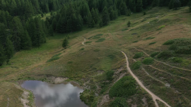 aerial view of fountain in the mountain - 骨盤点の映像素材/bロール