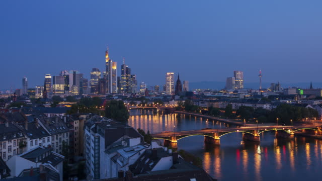 stockvideo's en b-roll-footage met luchtfoto van frankfurt am main skyline en rivier main, nacht tot dag 4k timelapse - international landmark