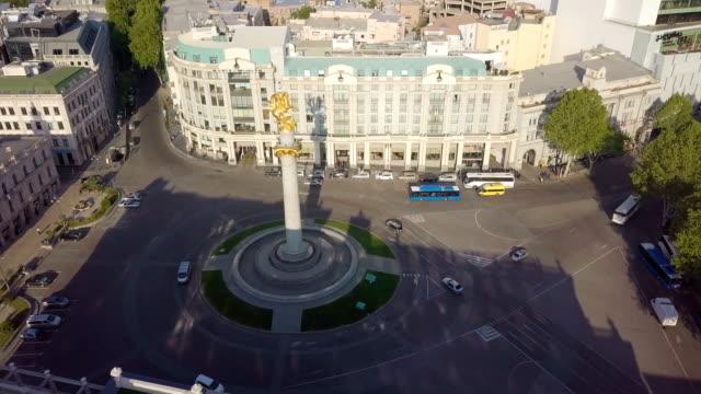vídeos y material grabado en eventos de stock de aerial view of freedom square, shota rustaveli avenue in tbilisi - georgia