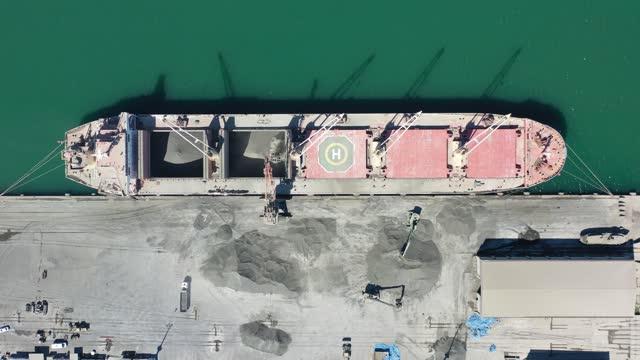 vidéos et rushes de vue aérienne du navire de fret dans un port international de récipient. résolution 4k. - être ancré
