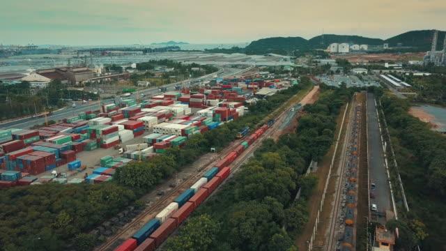 luftaufnahme der güterzug mit container - güterzug stock-videos und b-roll-filmmaterial