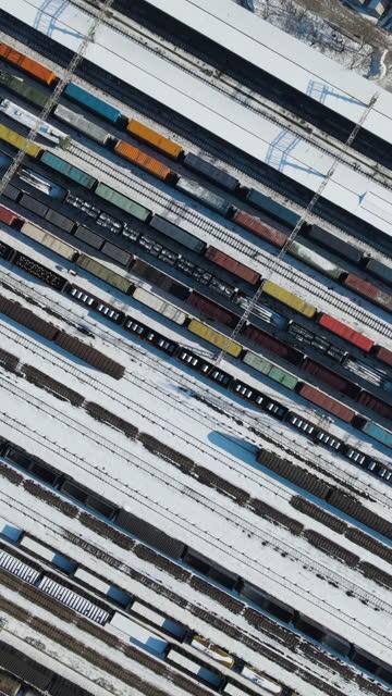 veduta aerea dei treni merci e della stazione ferroviaria in inverno - railway track video stock e b–roll