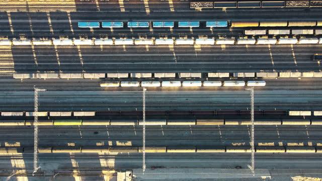 Vue aérienne des trains de marchandises et de la gare