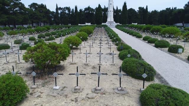 vidéos et rushes de vue aérienne du cimetière de français à gallipoli - turc