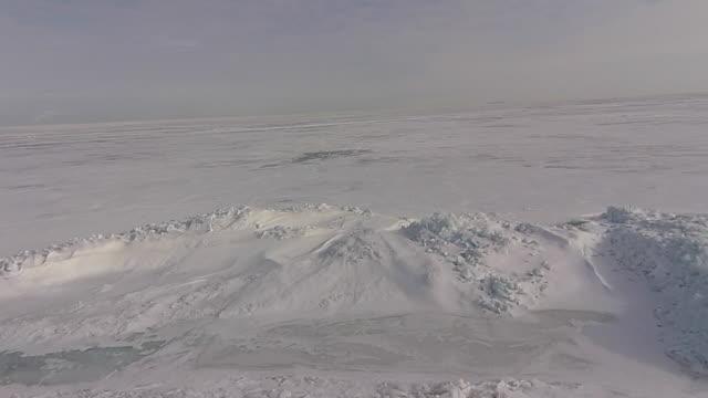 stockvideo's en b-roll-footage met aerial view of frozen great lake camera moving forward - eriemeer