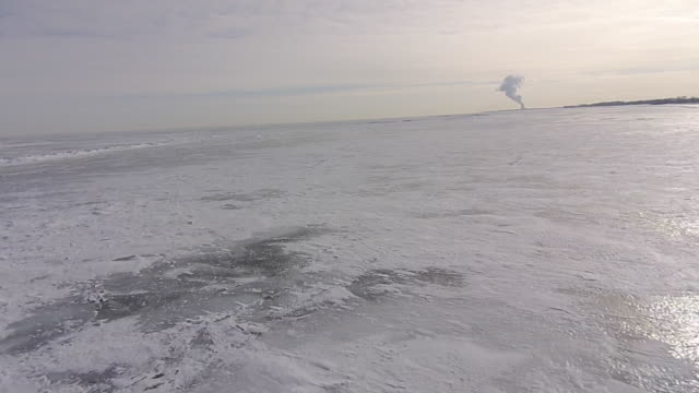 stockvideo's en b-roll-footage met aerial view of frozen lake erie ice camera pulling out - eriemeer