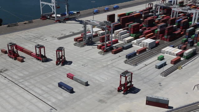 aerial view of fully-automated shipping terminal - port of los angeles stock videos & royalty-free footage