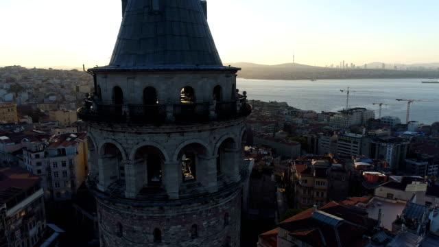 イスタンブールの日の出のガラタタワーの航空写真 - 丸屋根点の映像素材/bロール