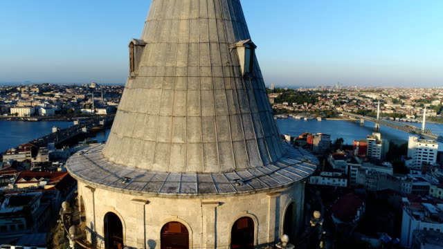 luftaufnahme des galata-turms bei sunrise in istanbul - galataturm stock-videos und b-roll-filmmaterial