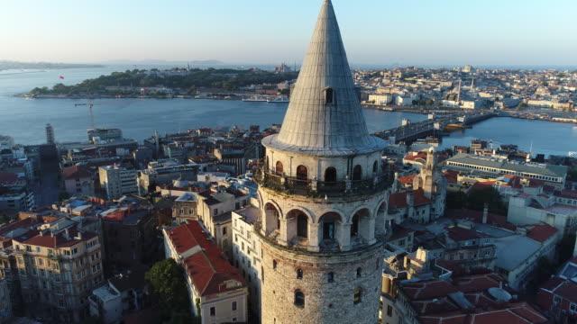 luftaufnahme des galata tower istanbul bei sonnenaufgang / 4k (galata kulesi) - galataturm stock-videos und b-roll-filmmaterial