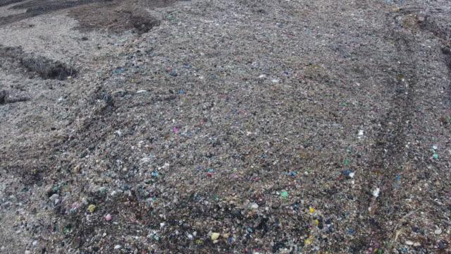 vídeos de stock, filmes e b-roll de vista aérea de garbage hill - poluição do plástico