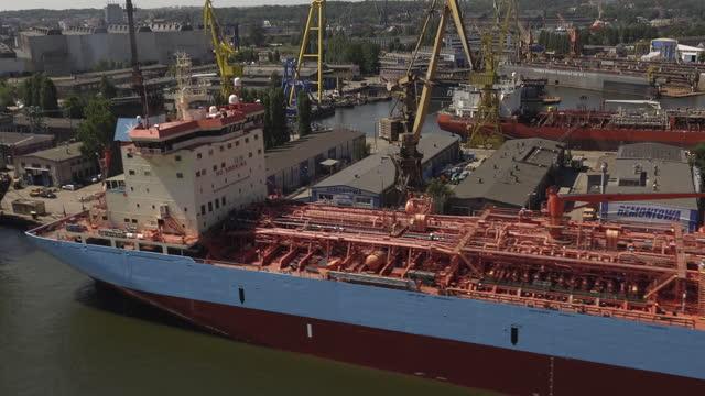 vídeos y material grabado en eventos de stock de vista aérea del puerto de gdansk. buques portacontenedores y maquinaria pesada vistos desde arriba - embarcación de pasajeros