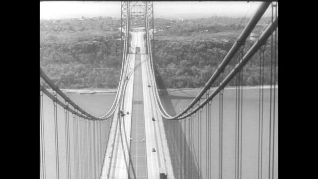 / aerial view of george washington bridge / traffic on bridge george washington bridge on january 01 1946 in fort lee new jersey - 1946年点の映像素材/bロール